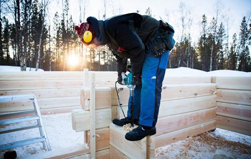 Jarmo Pyykkö on Inarissa asuva luontoaktivisti, puuseppä ja allergiavapaiden hirsitalojen veistäjä. Kuvattu Inarissa 13.-14.2.2015. Jarmo Pyykkö työmaallaan joka sijaitsee hänen pihapiirissään Inarin Keisiniemessä.